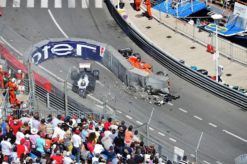 Жюль Бьянки врезается в Пастора Мальдонадо через ограждение на Гран-при Монако 2013