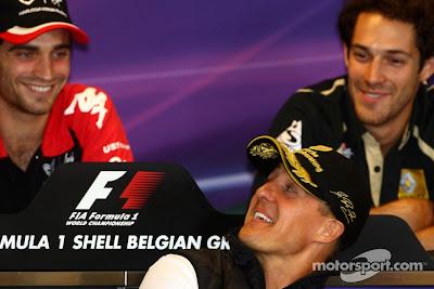 Михаэль Шумахер оглядывается на Жерома Д'Амброзио на пресс-конференция Спа Гран-при Бельгии 2011