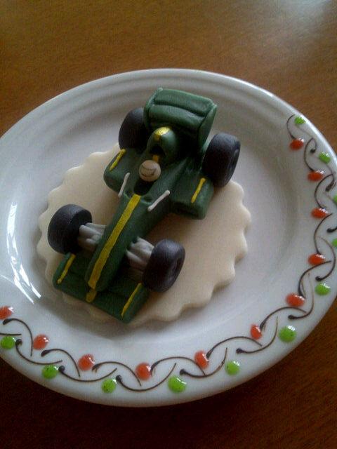 вкусняшка на тарелочке в виде болида Caterham F1
