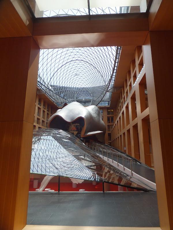 Ballena gigante en el DZ Bank Berlín, obra de Frank Gehry