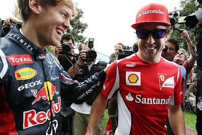 улыбающиеся Фернандо Алонсо и Себастьян Феттель встречают друг друга на Гран-при Австралии 2012