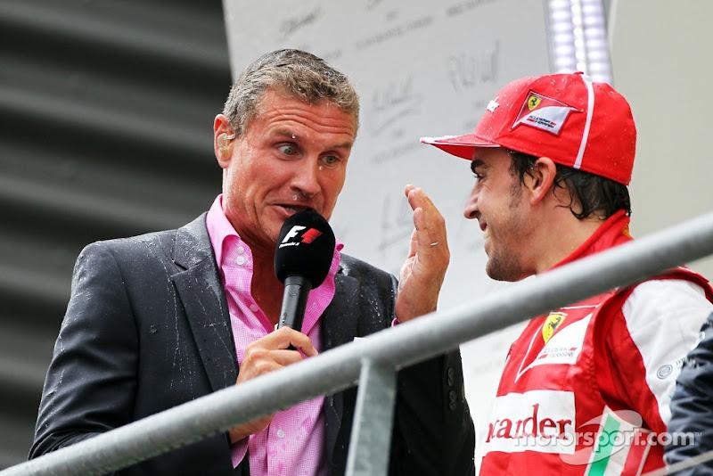 мокрый Дэвид Култхард берет интервью у Фернандо Алонсо на подиуме Гран-при Бельгии 2013