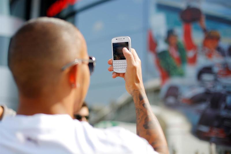 Льюис Хэмилтон фотографирует моторхоум McLaren с чемпионами на Гран-при Италии 2013