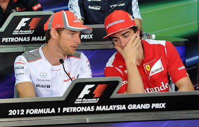 Дженсон Баттон и Фернандо Алонсо переговариваются на пресс-конференции в четверг на Гран-при Малайзии 2012