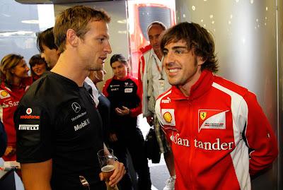 Фернандо Алонсо поздравляет Дженсона Баттона с 200-ым Гран-при на Гран-при Венгрии 2011
