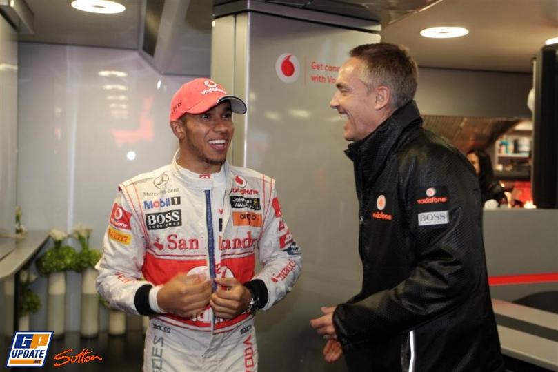 Льюис Хэмилтон и Мартин Уитмарш смеются вместе на Гран-при Германии 2011