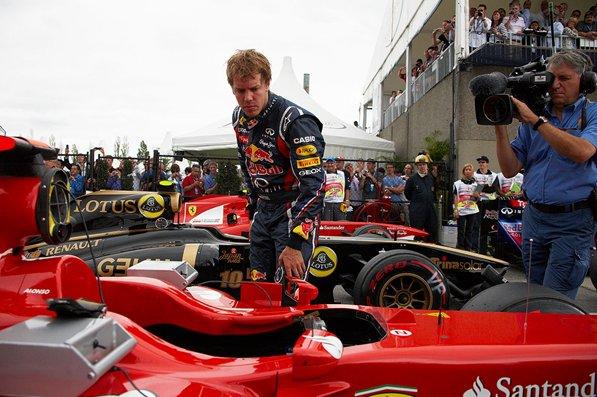 Себастьян Феттель заглядывает в Ferrari