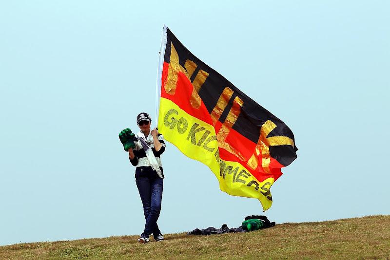 болельщица Нико Хюлькенберга с рукой Халка и немецким флагом на Гран-при Китая 2012