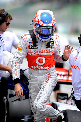 Дженсон Баттон вылезает из болида после квалификации на Гран-при Малайзии 2012