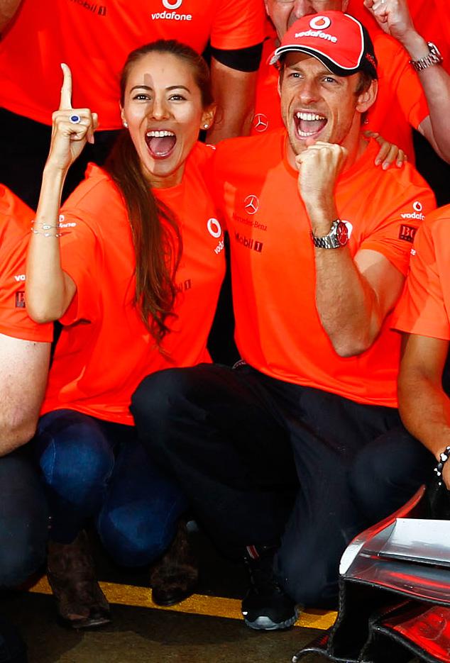 Джессика Мичибата и Дженсон Баттон отмечают победу на Гран-при Канады 2011
