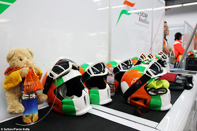 плюшевый медвежонок в боксах Force India на Гран-при Кореи 2011