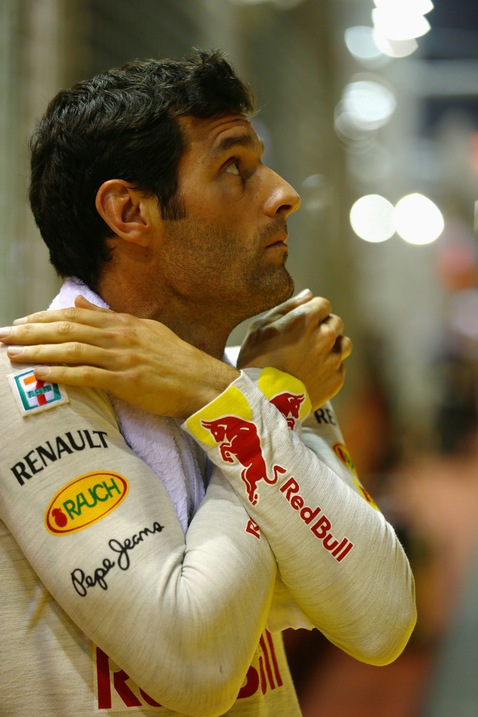 Марк Уэббер скрещивает руки на Гран-при Сингапура 2012