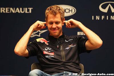 Себастьян Феттель затыкает уши на пресс-конференции Red Bull в Йокогаме