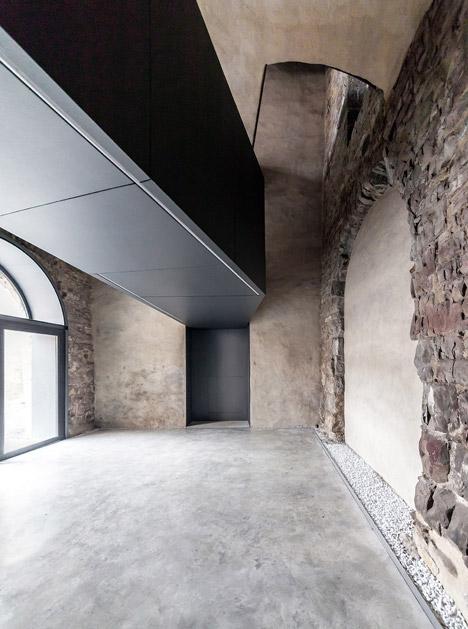 Torre-del-Borgo-Gianluca-Gelmini_dezeen_468_13.jpg