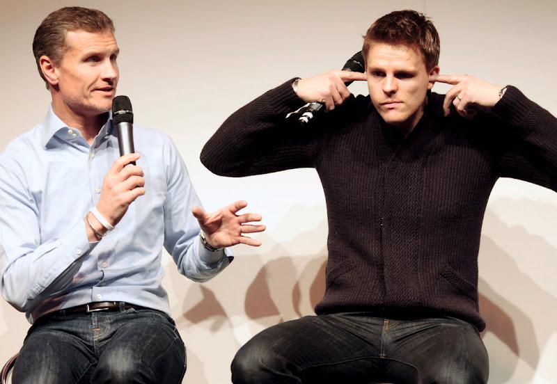 Дэвид Култхард и Джейк Хамфри с заткнутыми ушами на Autosport International в январе 2012