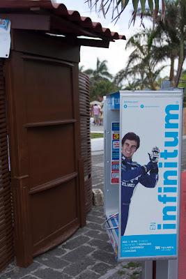 Серхио Перес на телефонной будке Мехико