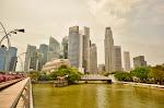 Zdjęcie z mostu Esplanade na most Cavenagh. Po obu przebiega tor wyścigowy Grand Prix Singapuru.