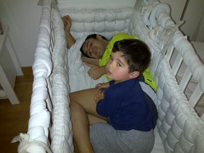 Фелипе Масса в кроватке сынишки Фелипиньо Массы