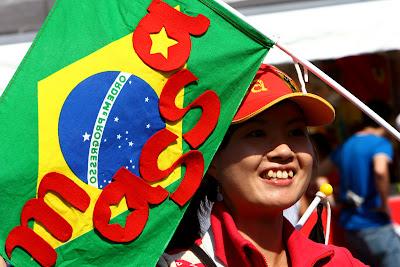 болельщица Фелипе Массы с бразильским флагом на Гран-при Японии 2011