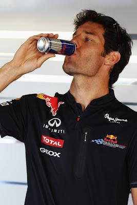 Марк Уэббер пьет Red Bull на Гран-при Японии 2011