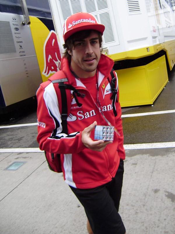 Фернандо Алонсо с Кубиком Рубиком на Гран-при Венгрии 2011 на трассе Хунгароринг
