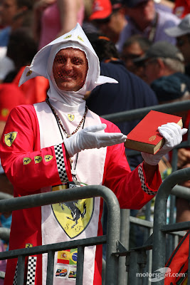 болельщик Ferrari в костюме итальянского священника на Гран-при Италии 2011 в Монце