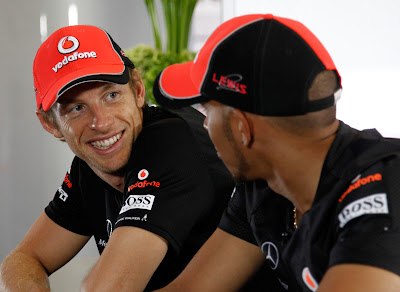 Дженсон Баттон и Льюис Хэмилтон смотрят друг на друга на Гран-при Монако 2011
