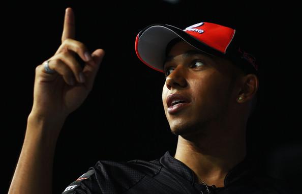 Льюис Хэмилтон показывает указательный палец во время интервью на Гран-при Сингапура 2011