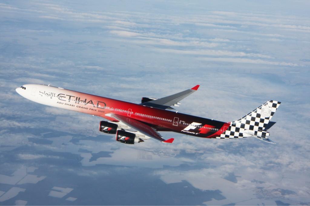 самолет Etihad Airways Airbus A340 разукрашенный в цветах Гран-при для промоушена гонки
