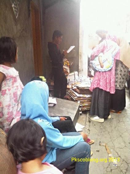 Saat aktivitas penimbangan sampah di Bank Sampah Unit RW 06 Sekeloa