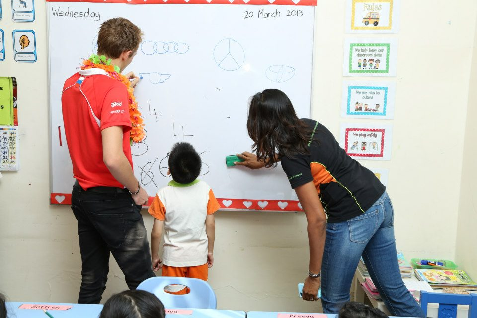 Макс Чилтон рисует на доске в малайзийской школе Taarana на Гран-при Малайзии 2013