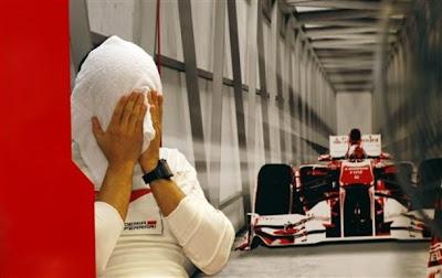 Фелипе Масса вытирает лицо полотенцем на голове в гараже Ferrari на Гран-при Сингапура 2011