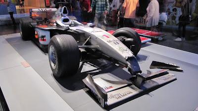 Разбитый болид McLaren Мики Хаккинена в Лондонском музее на выставке в августе 2011