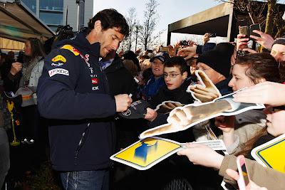 Марк Уэббер раздает автографы болельщикам в Милтон-Кинс 10 декабря 2011