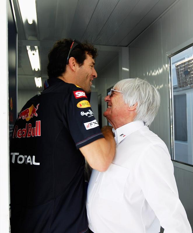 Марк Уэббер пытается протиснуться мимо Берни Экклстоуна на Гран-при Бразилии 2011