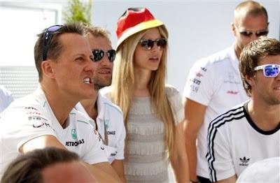 Михаэль Шумахер смотрит футбольный матч Евро 2012 между Германией и Португалией после квалификации на Гран-при Канады 2012