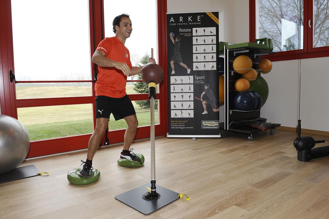 Фелипе Масса занимается в новом тренажерном зале в Маранелло 17 декабря 2011