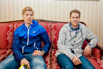 Хейкки Хуовинен и Себастьян Феттель прибывают на Гран-при Бахрейна 2012