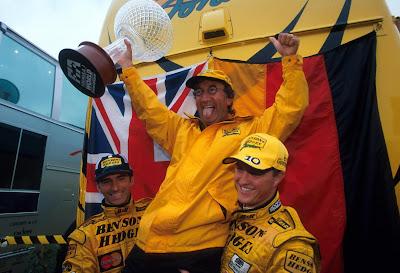 Эдди Джордан со своими пилотами Деймоном Хиллом и Ральфом Шумахером празднует дубль Jordan на Гран-при Бельгии 1998