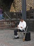 離開黃金博物館,路上看到街頭藝人表演「鋸琴」。拿著像二胡所用的琴弓,在鋸子上拉奏?! 看到介紹才知道,原來鋸琴在17世紀起源於意大利,是我少見多怪了。