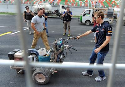 Себастьян Феттель с машиной для нанесения дорожной разметки на Гран-при Индии 2011