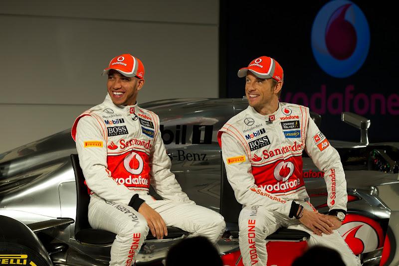улыбающиеся Льюис Хэмилтон и Дженсон Баттон на презентации нового болида McLaren MP4-27 - 1 февраля 2012
