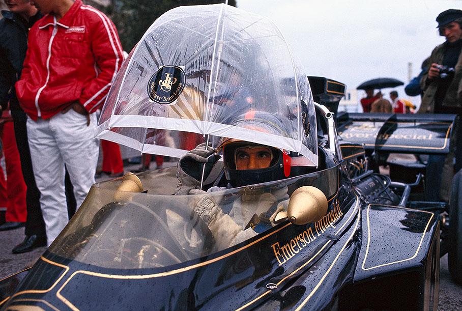 Эмерсон Фиттипальди под зонтиком в болиде Lotus 72D на Гран-при Италии 1972