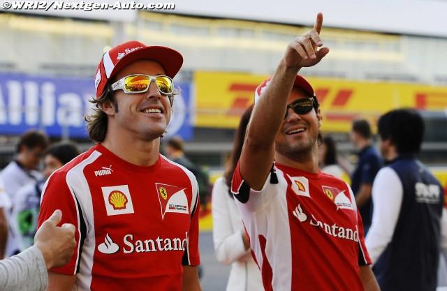 Фелипе Масса указывает куда-то пальцем Фернандо Алонсо на Гран-при Японии 2011