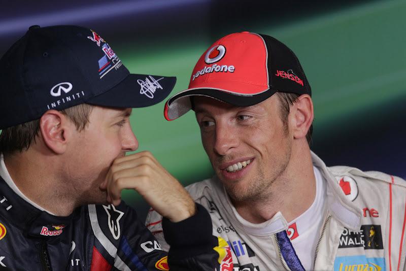 Себастьян Феттель и Дженсон Баттон смотрят друг на друга на пресс-конференции после квалификации на Гран-при Сингапура 2011