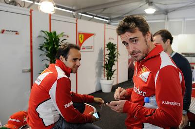 Фелипе Масса и Фернандо Алонсо с телефоном на Гран-при США 2012