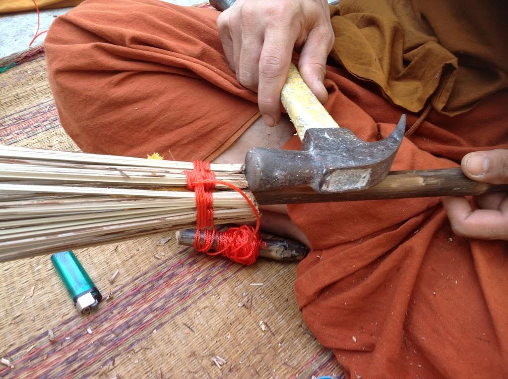ผูกตะกรุดเบ็ดที่จับที่ 1 ใช้ค้อนตอกหัวทางไม้กวาดไปข้างหน้า ให้ทางไม้กวาดแน่น