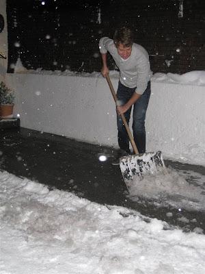 Себастьян Феттель убирает снег перед отелем Rote Wand 30 декабря 2011