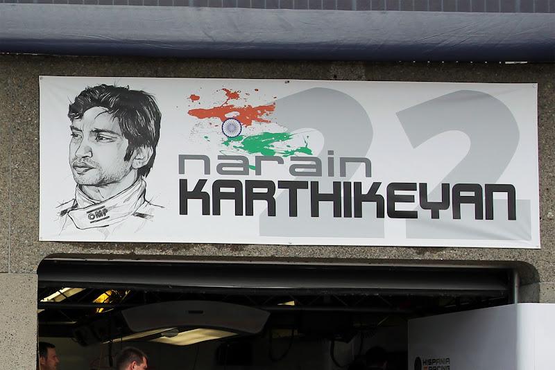 табличка над боксами Нараина Картикеяна на Гран-при Канады 2011