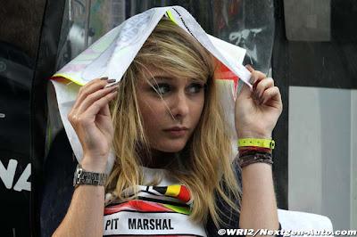 девушка маршал под дождем на пит-лейне Гран-при Бельгии 2011 в Спа-Франкошам